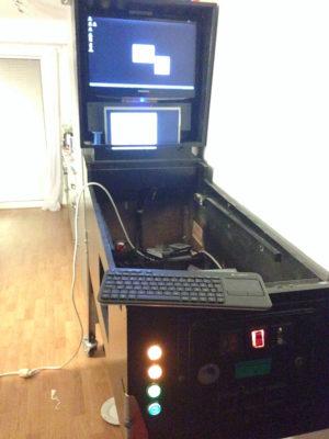 Es lebt! Der Spielfeld-LCD fehlt zwar noch, aber Windows XP verrichtet brav seinen Dienst.